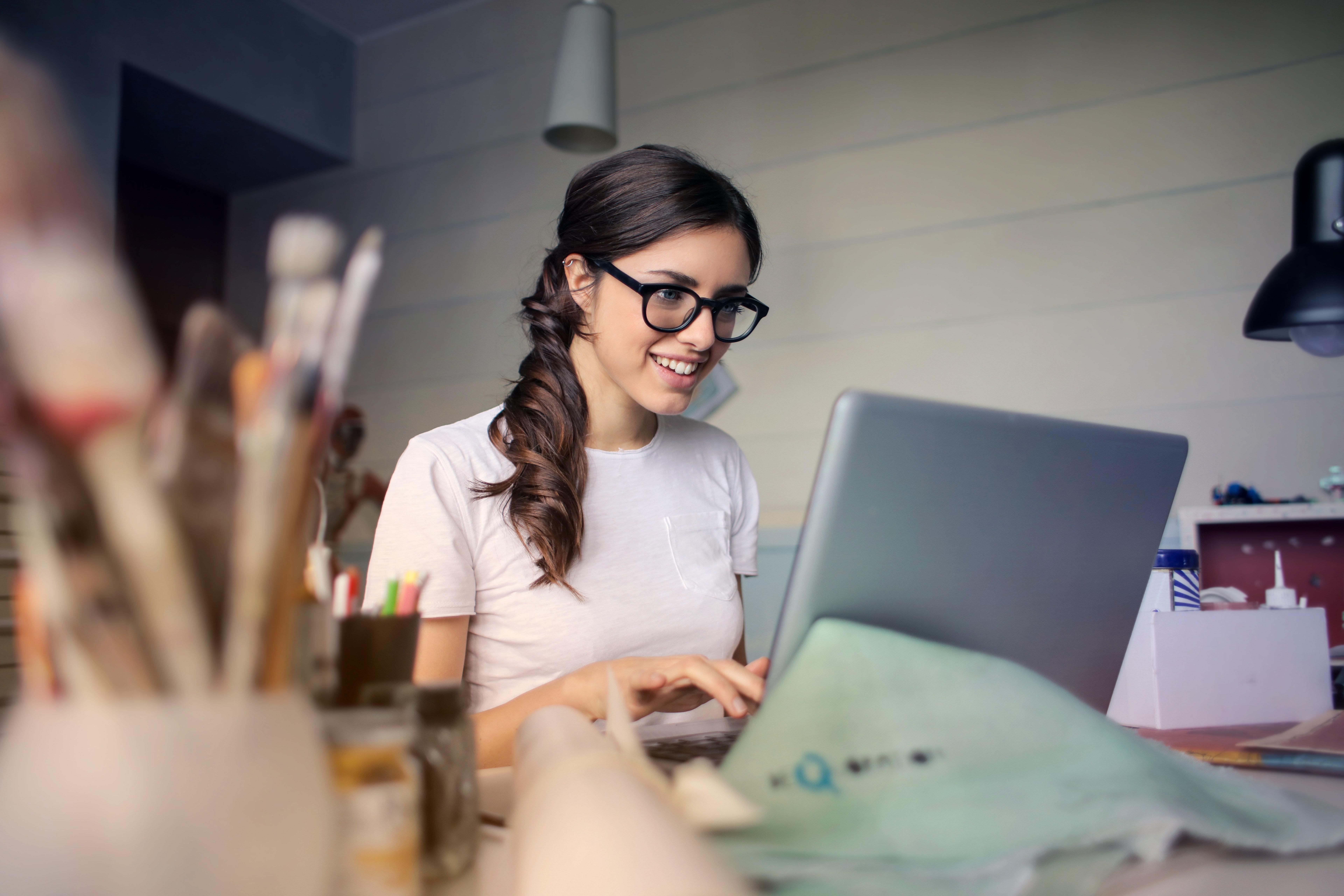 Mulher com óculos ao computador