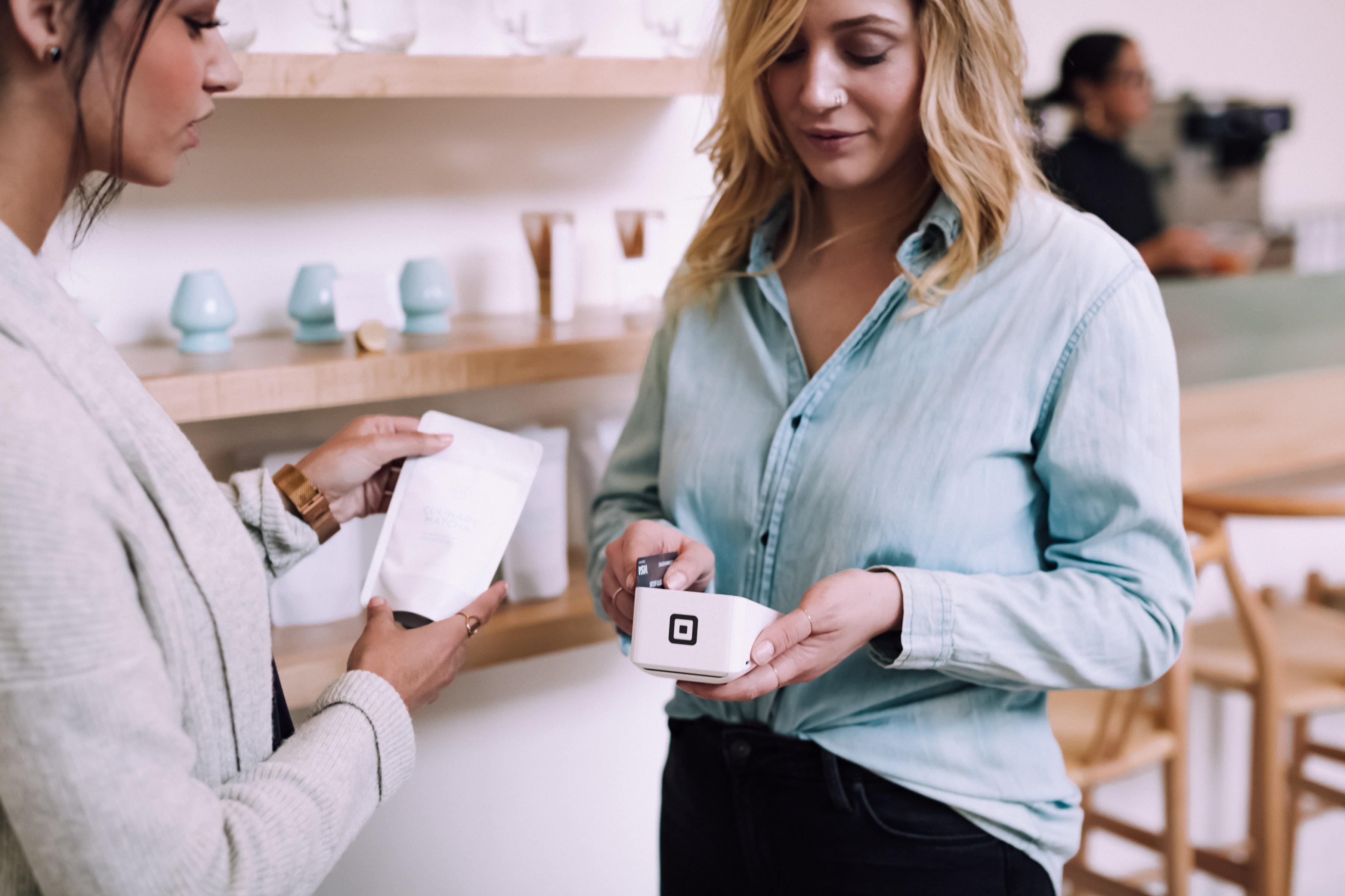 Duas senhoras numa loja a realizar o pagamento